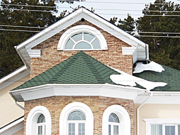 Карнизы над окнами, разного вида карнизы под крышей.
